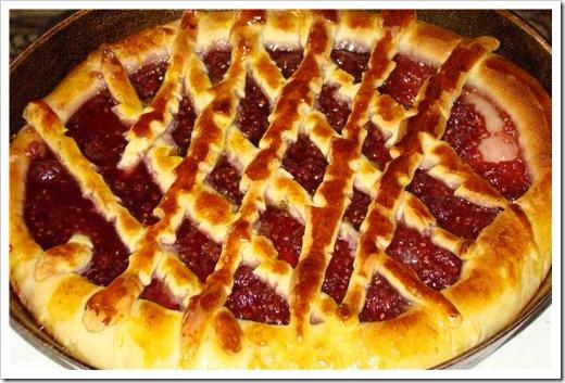Пирог с малиновым вареньем из дрожжевого теста
