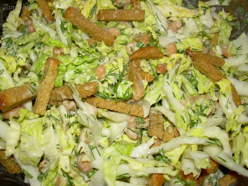 Салат с сухариками пекинской капустой фасоль