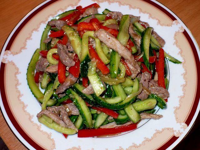Салат с говядиной и соленым огурцом и болгарским