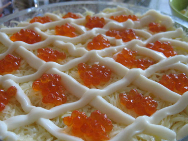 Салат царский с красной икрой и креветками