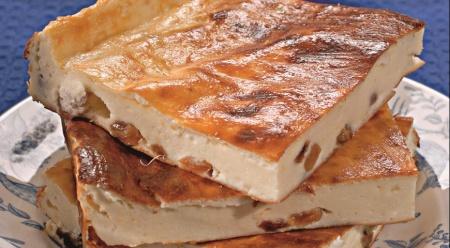 Рецепт творожной запеканки с пряным соусом из слив