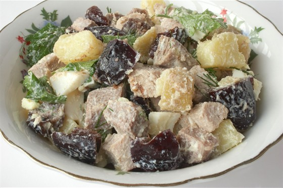 Салаты с черносливом и говядиной